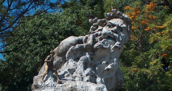 Escultura en un mirador de Lisboa del Adamastor, personaje mitológico de Os Lusíadas de Camoes