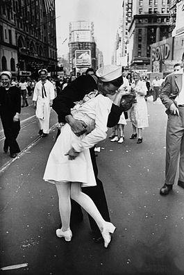 V-J Day in Times Square, por Alfred Eisenstaedt, publicada en Life en 1945